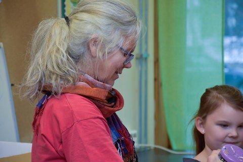 Tone Toft er helgelandskontakt for Besteforeldrenes klimaaksjon. Her er hun i aksjon som kunstner på Storforshei skole.