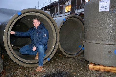Geir Solvoll ved Tergo er en av utbyggerne som merker kostnadene godt.  I Selforsveien 46, begynner de nå jobben med å legge 20 meter med rør i bakken.