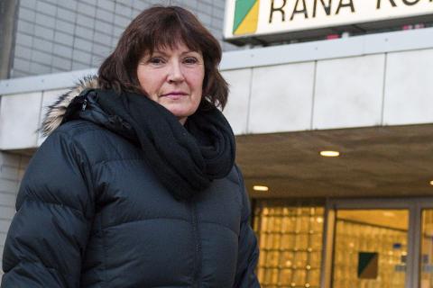 Miljøvernleder i Rana, Hilde Sofie Hansen, syns det erbekymringsverdig at det fortsatt kommer mange tips om ulovlig søppeltømming og brenning i naturen. Foto: Lisa Ditlefsen