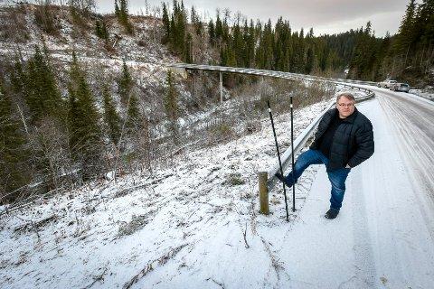 Frits Larsen markerer hvor autovernet starter i Granheiveien. Ovenfra kommer bilene i en venstresving og rett inn på et stykke av veien hvor det ikke er autovern, men langt ned til elva Plura.