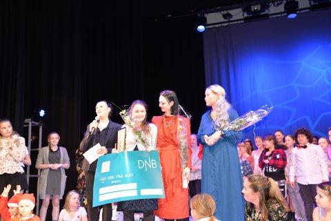 Ronja Martine Olsen (16): Ble året elev  her sammen med Sissel Venes (t.v) Ronja, Janne D. Kristiansen og Stine J. Skog på overrekkelsen av heder, ære og premie.