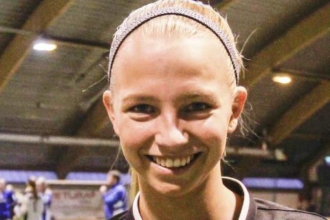 Victoria Nilsen fra Gruben IL er en av landets beste unge fotballdommere.
