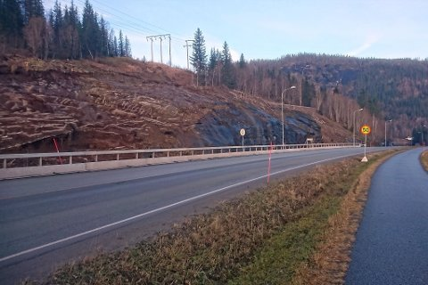 Entreprenøren skal sprenge ut deler av denne fjellskjæringen for å gjøre plass til midlertidig veg forbi anlegget. Foto: Terje Krommen, Statens vegvesen