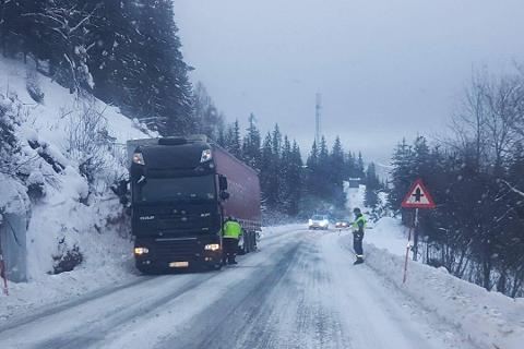 Et vogntog sperrer et kjørefelt i Bustneslia forrige vinter. Nå mener fylket at flaskehalser som dette må bort.      Foto: Leserbilde