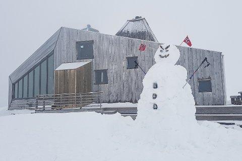 Kreative turfolk har benyttet kramsnøen ved Rabothytta til å bygge en stor snømann. Ennå må ungene i lavlandet vente på å få leke med snøen på denne måten.