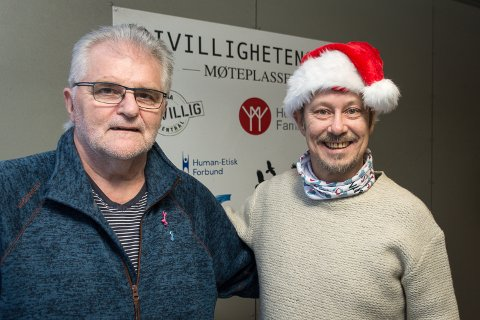Stein Hovind (t.v.) og Frivillighetssentralen får en stor julegave fra Nordland teater og Stein Elvestad som donerer inntektene fra ei juleforestilling til det frivillige arbeidet sentralen gjør.