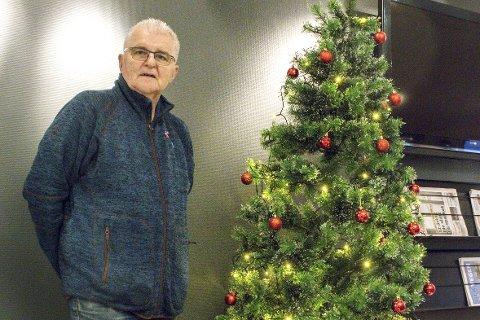 Haugen vokser: Daglig leder i Rana Frivilligsentral, Stein E. Hovind håper at haugen med julegaver vokser enda litt.Foto: Rune Furuhatt