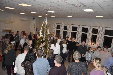 Gang rundt juletreet er obligatorisk på en juletrefest og alle stilte opp.