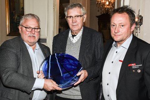 """Jan Erik Arnøy (i midten) var rørt over å få """"Sliter'n-prisen"""" fra Mo Arbeidersamfunn. Her sammen med prisutdelerne Tor-Arne Strøm (t.v.( og Tommy Rannov Nystad (t.h.)."""