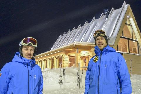 Markedssjef Pontus Lindh (t.v.) og fjellsjef Nicklas Ottoson i Hemavan Alpint hadde store forventninger til at den nye restauranten, og det innfrir. Foto: Marit Ulriksen