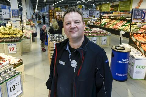 Kjøpmann Geir Nilsen ved Rema 1000 Ranenget leder butikken som bidro med mest til Pantelotteriet i Nordland i 2017 . Foto: Øyvind Bratt