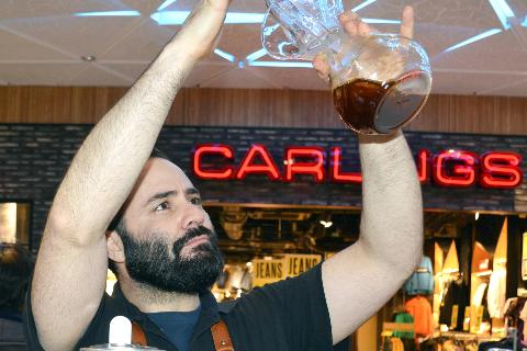 Eksklusivt: Costas of Sweden i Umeå tar kun inn det beste og selger blant annet verdens dyreste kaffe. Her er eier, Costas Pliatsikas.