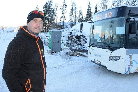 Morten Nikolaisen bort nært snuplassene for bussene på Hauknes. Han synes det ikke er særlig hyggelig å få en festivaldass som nærmeste nabo over natta. – Utsikten fra godstolen i stua og kjøkkenbordet er ikke vakker, sier han.