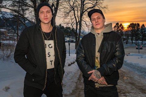 Johan Larsson og Pål Tøien i OnklP & De fjerne slektingene avrunder turneen i Rana under Rød snø.