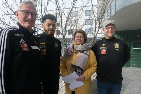 SAMARBEID: Bjørn Selfors, Alxandre Pakutu, Rigmor Nygård Johansen med kontrakten og Kenneth Eliassen er klare for fotballsesongen 2018.