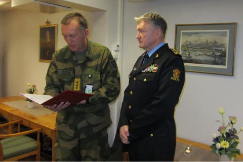 Per-Jacob Solhaug mottar prisen fra general Rune Jakobsen på vegne av Forsvarssjef, admiral Haakon Brun-Hansen