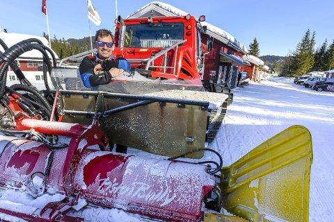 STØDIG KURS: Driftsleder ved alpinsenteret, Kurt Vonheim, styrer en jubilant som denne sesongen snart runder 100 åpningsdager. Foto: Øyvind Bratt
