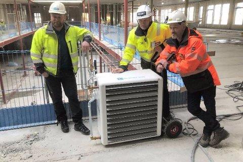 Mobil varmevifte i drift. Fra venstre Bjørn Peder Andersen (Brødrene Dahl), Pål Høsøien (prosjektleder HENT) og Morten Sund (driftstekniker Mo Fjernvarme)