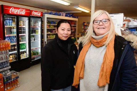 Anita Rudolfsen (t.h.) i Tomma Handel AS frykter for butikkens framtid om fergetilbudet blir dårligere. Her sammen med butikkmedarbeider Angie Camanzo.
