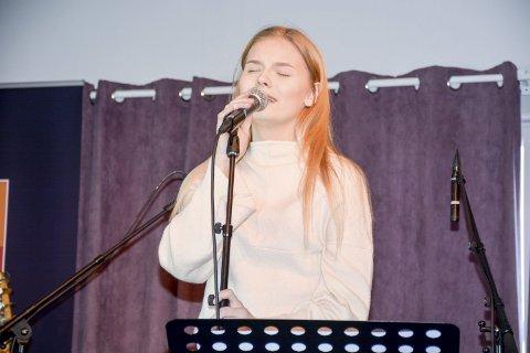 Ungt talent: Ane Meisfjord er scenevant, tross sin unge alder. Hun var en av seks unge musikere på scenen under Bakeribyggfestivalen.Foto: Karina Solheim