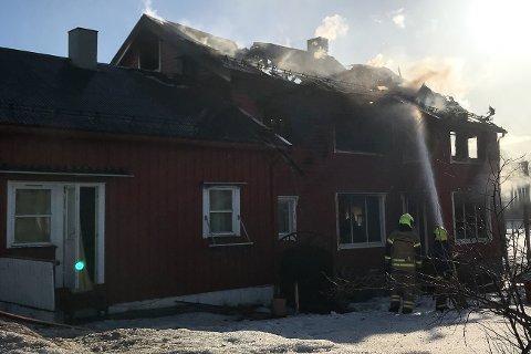 Bolighuset i Vikabakken sto i full fyr da brannvesenet ankom. Beboeren i andre etasje måtte hoppe ut fra verandaen for å redde livet.