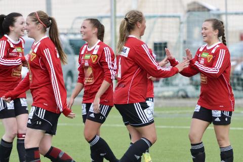 JUBEL: Ingvild Gjesbakk (til høyre av B&Y-spillerne) scoret tre mot Sandnessjøen og laget er dermed i rute i kvinnenes andredivisjon. Her fra en kamp i fjor. Foto: Gøran O. Pedersen