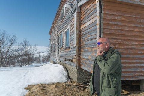 John Charles Sandvær har planene klare for den gamle kafeen på Sjonfjellet. Når snøen smelter rundt huset går han løs på gulvet for å se hva som må gjøres med fundamentet.