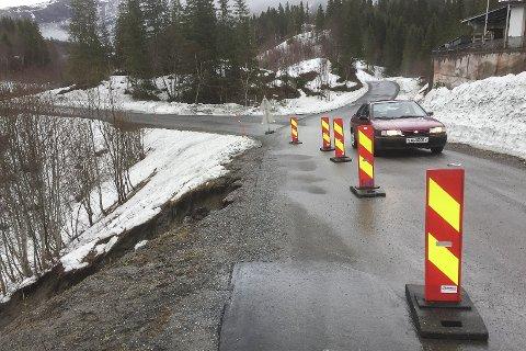 Går fiksingen avØverdalsveien i Dalsgrenda som forutsatt, taler mye for at veien er i ordenen gang på lørdagen.