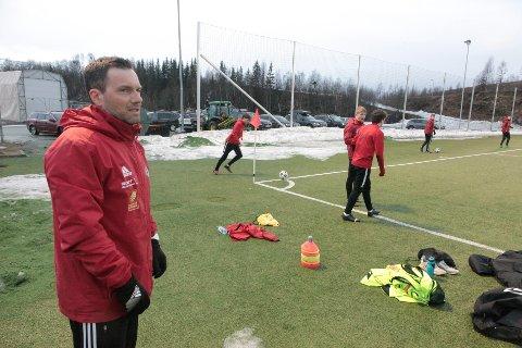 Tøff utfordring: Kjetil Knudsen og Åga IL er klare for en ny sesong i 4. divisjon. Med et rekordungt lag skal de blant annet bryne seg mot Mo IL. Foto: Stian Forland