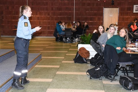 Politibetjent Helle Øverli poengterte til russen at det er viktig å ikke gå hjem alene fra fest, for å forebygge seksuelle overgrep.