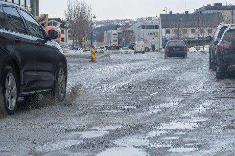 Ole Tobias Olsens gate i sentrum er full av sår og hull, men blir ikke asfaltert med det første.