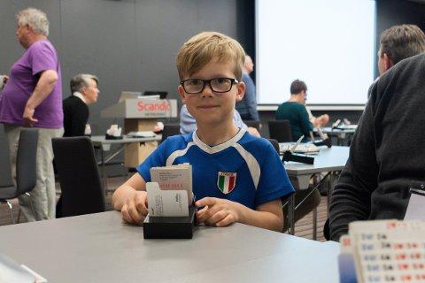 Markus Moe (6) som tilskuer mens mor og far spiller Båsmo BKs jubileumsturnering.