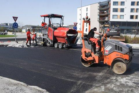 Selv folk fra Veidekke legger asfalt nederst i Sørlandsveien, betyr det ikke at veien automatiisk åpnes for fri ferdsel.