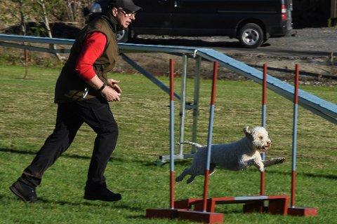 Malcolm Preston er spent på debutten under helgas Agility-stevne i Rana for hans hund Buster, som er en lagotto romagnolo.