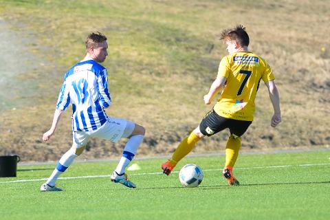 Ranværingen Magnus Børsheim Kalstad spiller for Skjervøy. Her i kamp mot Fredrik Rise fra Stålkam. Skjervøy er blant de mange lagene du kan se direkte på ranablad.no i helga.