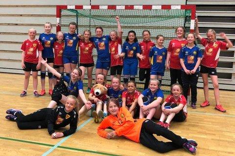 Felles gruppebilde av de unge håndballspillrne fra Selfors ungdomslag og Bossmo & Ytteren IL, som møttes i kvartfinalen under Hestehoven håndballcup i Bodø. Den kampen vant Selfors, som til slutt ble nummer tre i turneringen.