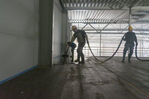 AVRETTING: 600 kvadratmeter gulv dekkes med avrettingsmasse på to-tre timer.