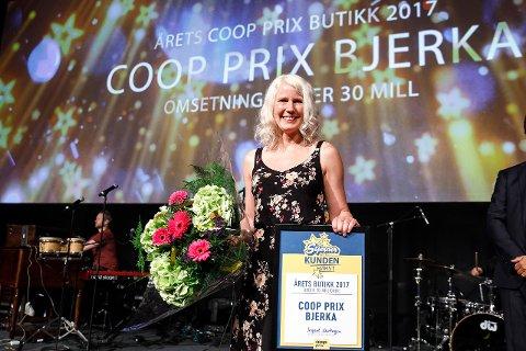 Kristin Tustervatn, butikksjef i Coop Prix Bjerka, kan glede seg over å få prisen som årets butikk for andre året på rad.