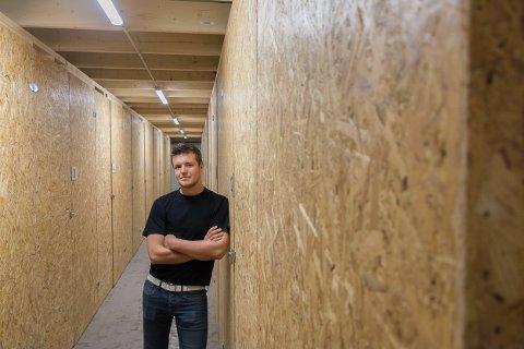 Jim Fuglstad og de 85 bodene hvor veggene er montert på skinner for å kunne justere størrelsen etter kundens behov.