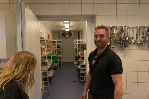 Yngve Holm og Malén Kristiansen på kantinekjøkkenet på Nord universitet. Alt utstyret følger med til låns som del av avtalen med Nord. – Nå er det å fylle opp lagrene og starte, sier Holm.