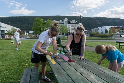 Celine Leonore Andreassen, Helle Rafaelsen og Lisell Rafaelsen Dahlstrøm (9,5) gjør sitt for at Mo i Rana skal bli klar til Pride 16. juni.