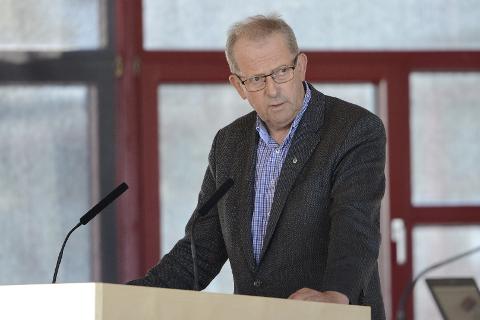 Johan-Petter Røssvoll (Sp) ønsker seg asfalt på hele Fv. 355 for å unngå framtidige veiproblemer i området.