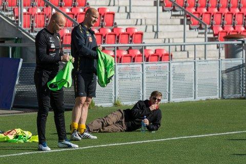 Ulrik Bentzen møter på treningsfeltet, men kommer ikke lenger enn til sidelinja før han får medisinske svar.