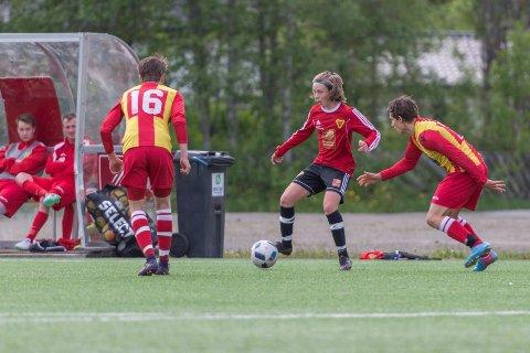 Bossmo & Ytteren-spiller Anton Pettersen Nordeng i duell med Nesna-spiller Sebastian Halland Vilhelmsen (nummer 16) på Ytteren stadion.