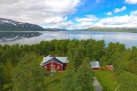 NÆRT VANNET: På denne tiden av året selges det flest hytter utenfor Hemavan-området. Mange vil ha en fritidsbolig nært vannet, slik som her i Umasjö, sier eiendomsmegler ved Svensk Fastighetsförmedling, Lollo Vedbring.