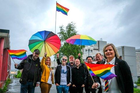 Historisk: For første gang i historien heises Regnbueflagget på Rådhusplassen i Rana. For andre gang i historien arrangeres Pride i byen.