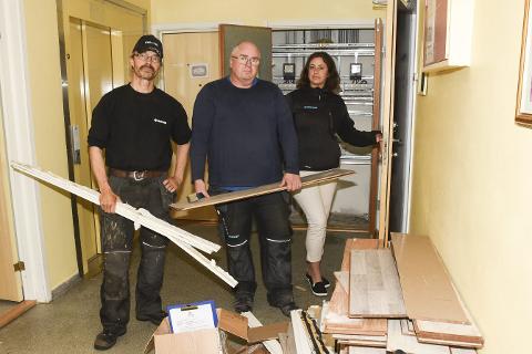 – Vi fjerner nå alt som er vått på gulvet i leilighetene og bærer det vekk, så vi kan starte på jobben med å tørke opp betongen, sier skadebegrenser Kent Winka, Vidar Nilsen og Svanhild Nilsen i Polygon Sandnessjøen avdeling Mo i Rana.