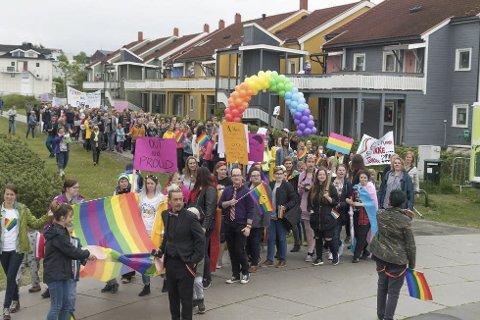 Fargela byen: Mo i Rana Pride 2017 ble gjennomført i grått vær og 11 grader, men deltakerne ga farge og varme til byen.