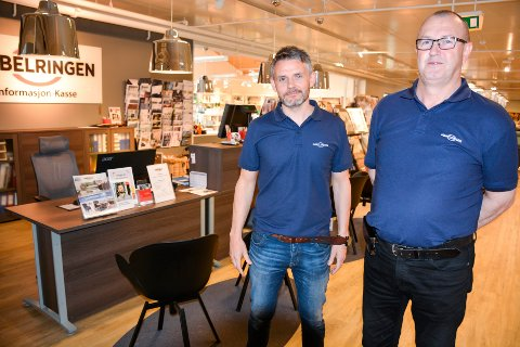 Christer Høgås (t.v) og Alf Helge Nerdal fremfor den nye kassa ved Møbelringen.