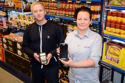 Håvard Andreassen og Margrethe Møllevik ved Rema 1000, kan nå styre butikken med bare telefonen.